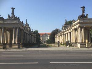 Im Hintergrund das Gebäude, in dem der Alliierte Kontrollrat seinen Sitz hatte. Die Kolonaden sind aus der Kaiserzeit