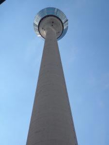 Das Foto vom Stadttor haben wir vom Rheinturm aus aufgenommen, der neben der B 1 steht