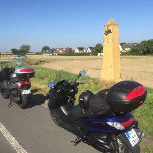 Alter Meilenstein an der B1 - 3 Km vor Geseke Meile= 27000 Fuß ≈ 7779,240 m